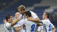 Autor třetího gólu libereckého týmu Radek Dejmek (uprostřed) se raduje se spoluhráči.