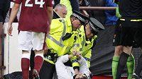 Policie zadržela muže, který napadl manažera Celtiku Glasgow Neila Lennona v utkání proti Hearts.