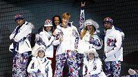 Krasobruslař Tomáš Verner (uprostřed) na přehlídce oblečení pro českého olympijské reprezentanty ve Vancouveru.