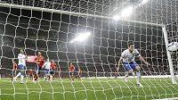 Snadný gól. Frank Lampard skóruje do sítě Španělů, zatímco soupeři marně pohledy vyzývají sudího k odmávnutí ofsajdu.