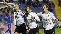 Fotbalisté Valencie se radují z branky proti Levante.