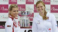 Petra Kvitová (vpravo) před loňským finále Fed Cupu proti Rusce Marii Kirilenkové.