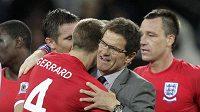 Trenér anglických fotbalistů Fabio Capello (uprostřed) se objímá se Stevenem Gerrardem po postupu do osmifinále mistrovství světa v JAR.