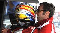 Šéf týmu Ferrari Stefano Domenicali (vpravo) oslavuje s Fernandem Alonsem triumf v Silverstonu. V letošní sezóně zatím jediný...