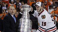 Kapitán Chicaga Jonathan Toews přebírá Stanleyův pohár. Není jisté, zda Chicago dostane šanci k obhajobě...