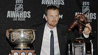 Hokejista Daniel Sedin s trofejí Art Ross Trophy a Cenou Ted Lindsey