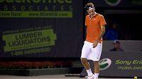 Zaskočený Roger Federer odchází z kurtu