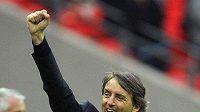 Gestikulující trenér Manchesteru City Roberto Mancini