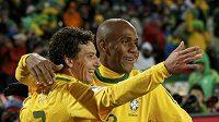 Dva šťastní střelci brazilského týmu zleva Elano a Maicon