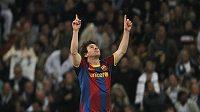 Útočník Barcelony Lionel Messi se raduje z branky do sítě Realu Madrid.