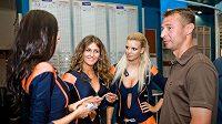 Petr Kouba s dívkami z Tipsport teamu.