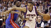 Basktbalista Phoenixu Suns Grant Hill uniká hráči Detroitu Pistons Benu Gordonovi při nedělním zápase NBA.