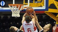 Pavel Pumprla z Nymburka se snaží prosadit proti obraně basketbalistů Rigy.