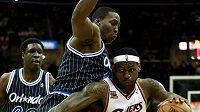Basketbalista Clevelandu LeBron James (23) byl v utkání s Orlandem k nezastavení.