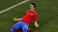 David Villa se v dresu Španělska raduje ze vstřeleného gólu.