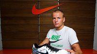 Adam Hloušek bude soupeře na šampionátu prohánět v nových kopačkách se svými iniciálami a českou vlajkou.
