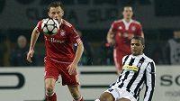 Felipe Melo z Juventusu (vpravo) se snaží zastavit Ivicu Oliče z Bayernu Mnichov.
