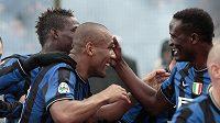 Fotbalisté Interu Milán oslavují gól Maicona (druhý zleva) proti Udine.