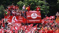 Fotbalisté Lille triumfálně projíždějí městem při oslavách mistrovského titulu.