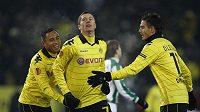 Fotbalisté Dortmundu (zleva) Antonio da Silva, Robert Lewandowski, a Damien le Tallec