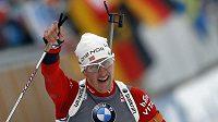 Norský biatlonista Lars Berger se raduje z vítězství ve sprintu závodu v Ruhpoldingu.