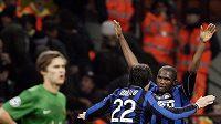 Radost fotbalistů Interu Milán Samuela Eto´a (vpravo) a Diega Milita z branky do sítě Rubinu Kazaň