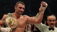 Ukrajinský boxer Vitalij Kličko se raduje z vítězství nad Polákem Adamkem.