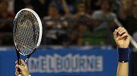 Novak Djokovič zvedá ruce nad hlavu po vítězství nad Rogerem Federerem v semifinále Australian Open.