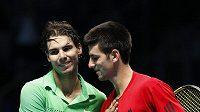 Rafael Nadal (vlevo) gratuluje Novaku Djokovičovi k vítězství na Turnaji mistrů - ilustrační foto.