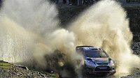 Fin Jari-Matti Latvala s vozem Ford Fiesta WRC na trati druhé etapy Britské rallye.