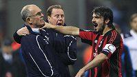 Nepříčetný Gennaro Gattuso drží pod krkem asistenta trenéra Tottenhamu.