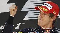 Sebastian Vettel se raduje z vítězství v Abú Zabí