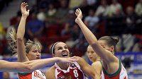 Rebecca Hammonová v obklíčení běloruských basketbalistek