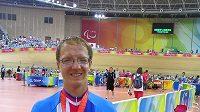 Český cyklista Tomáš Kvasnička pózuje s bronzovou medailí z paralympiády v Pekingu.