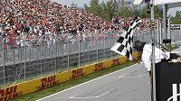 Britský pilot Lewis Hamilton projíždí cílem Velké ceny Kanady.