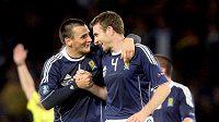 Skotští fotbalisté Stephen McManus (vpravo) a Lee McCulloch se radují z branky do sítě Lichtenštějnska.