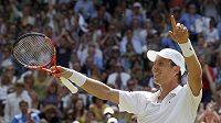 Český tenista Tomáš Berdych oslavuje vítězství nad Rogerem Federerem ve čtvrtfinále Wimbledonu.