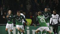 Sebastian Prödl z Werderu Brémy (druhý zleva) se raduje z branky do sítě Interu Milán.