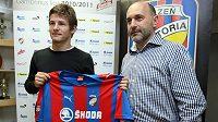 Václava Pilaře (vlevo) uvítal v Plzni šéf klubu Tomáš Paclík.