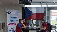 Marcel Gecov, Tomáš Vaclík a Lukáš Vácha (zleva) v hotelové hale u internetu.