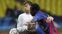 Ondřej Čelůstka (vlevo) z Trabzonsporu bojuje o míč se Seydou Doumbiou z CSKA Moskva ve třetím kole fotbalové Ligy mistrů.