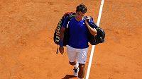 Roger Federer opouští kurt v Monte Carlu po čtvrtfinálové prohře s Jürgenem Melzerem.