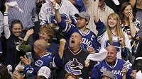 Radost fanoušků Vancouveru po prvním utkání Stanley Cupu s Bostonem.