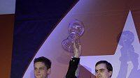 Jan Škampa (vlevo) a Martin Kabrhel s trofejí