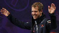 Jezdec formule 1 a čerstvý obhájce mistrovského titulu Sebastian Vettel zdraví fanoušky v Japonsku.