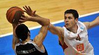 Ve čtvrtfinálové utkání Evropského poháru ULEB basketbalistů Nymburk - Bilbao brání Petr Benda (vpravo) Javi Rodrigueze.