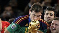 Nejdřív Iker Casillas políbil Světový pohár, pak přišla na řadu i krásná přítelkyně...