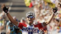 Nor Thor Hushovd slaví, právě se stal mistrem světa v silniční cyklistice.