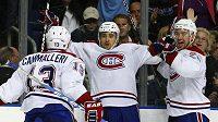 Hokejista Montrealu Tomáš Plekanec (uprostřed) oslavuje se spoluhráči Cammallerim a Gorgesem vítězný gól v utkání proti Tampě Bay.