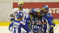 Hráči Komety Brno se radují z gólu proti Plzni.